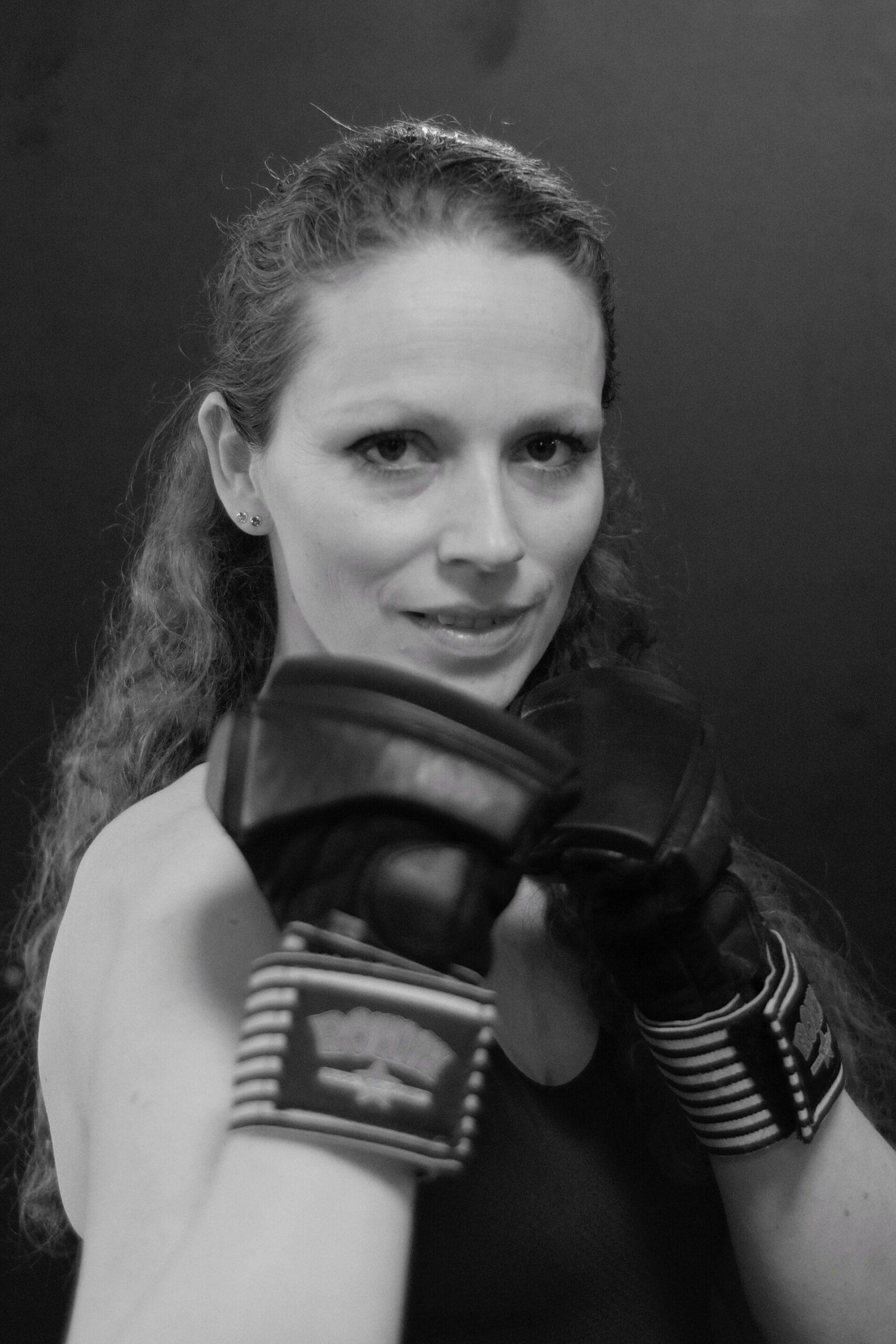 Laura Stigter bokshouding vooraanzicht zwart-wit